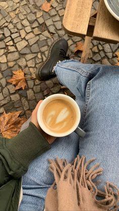 Aesthetic Coffee, Autumn Aesthetic, Classy Aesthetic, Aesthetic Photo, Creative Instagram Stories, Instagram Story Ideas, Coffee Break, Coffee Time, Coffee Photos
