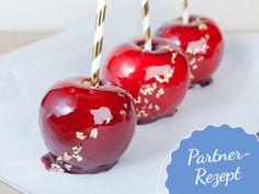 Wir verraten euch das Rezept für perfekt kandierte Liebesäpfel mit nur vier Zutaten.