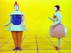 Vestuario vanguardista-futurista. Juguetes.