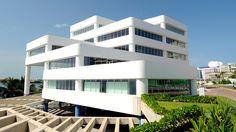 Edificio Centro Empresarial    Solid Color Finish    ALPOLIC®PE - Learn more about the project at:  http://www.alpolic-americas.com/en/example-projects/edificio-centro-empresarial?utm_source=Pinterest&utm_medium=social&utm_campaign=alpolic_website_february