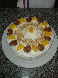 Vainilla cake, filled with dulce de leche, whipped cream and sliced peaches.  Whipped cream, dulce de leche, pieces of peaches and peanut for decoration.
