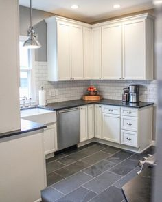 U-Yerleşimli bir mutfak dekorasyonu. Beyaz fayanslar ve gri taş yerler endüstriyel bir hava katsa da, dolaplar country tarzda yapılmış. Modern bir country mutfak   #dekorasyon #mutfak