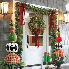Everyone wants to have a beautiful decoration at Christmas. And outdoor Christmas decorations are not difficult to make. Outdoor Christmas decorations are easy to do with the many ingredients that … Christmas Entryway, Front Door Christmas Decorations, Christmas Front Doors, Outdoor Decorations, Tree Decorations, Halloween Decorations, Reindeer Decorations, Beautiful Christmas Decorations, Outdoor Ideas
