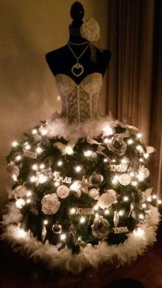 Your Style With Me: Christmas trees for fashion girls! Manaquin Christmas Tree, Dress Form Christmas Tree, Holiday Tree, Pink Christmas, Diy Christmas Gifts, Christmas Holidays, Christmas Fashion, Christmas Tree Decorations, Creations