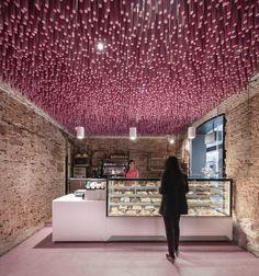 Imagem 1 de 27 da galeria de 12000 palitos pintados de magenta / Ideo arquitectura. Fotografia de Imagen Subliminal
