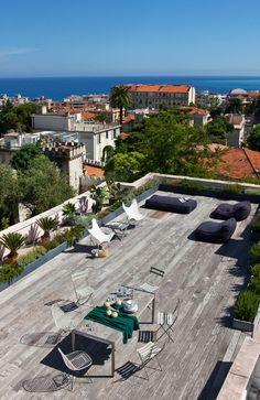 Quel citadin n'a jamais rêvé d'avoir un petit coin de verdure, un espace extérieur en pleine ville ! http://www.novoceram.fr/blog/tendances-deco/rooftop-toit-terrasse #toit-terrasse #rooftop #bois #toiture #toit #terrasse #salon