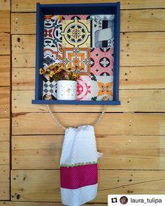 A gaveta achada no lixo pela  @laura_tulipa ficou linda como nicho e porta-toalha! ・・・ Ufa acabei!! Antes uma gaveta achada na lixo, agora um nicho lindo!! Uma boa lixada, tinta, um tecido lindo,um pedaço de corda e  paciência até secar a tinta!! #decorarmaispormenos #euamodecorar #façavocêmesmo #inspiração #diy #repost #regram Towel, 1, Instagram, Garage Tools, Towel Holders, Crates, Towels, Diy, Craft