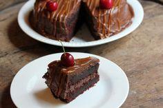 Syndig mørk sjokoladekake!  Oppskrift salt karamellsaus: 150 gram sukker 2 ss vann 1...