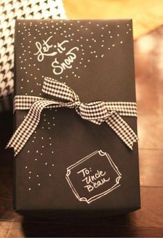 Top 10 Christmas DIY Gift Wrap (includes Chalkboard Inspired Wrapping) More wrappinggifts Christmas Gift Wrapping, Diy Christmas Gifts, Holiday Gifts, Christmas Christmas, Christmas Wreaths, Creative Gift Wrapping, Creative Gifts, Wrapping Gifts, Wrapping Papers