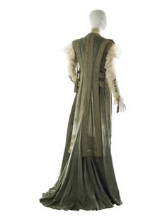 1908 House of Worth Tea Gown Eau de nil chiffon velvet; cream machine-made Alençon-style lace; green silk and gold cord passementerie; gold metallic cord and cord. 1900s Fashion, Edwardian Fashion, Vintage Fashion, Vintage Beauty, Retro Fashion, Korean Fashion, House Of Worth, Vintage Outfits, Vintage Gowns