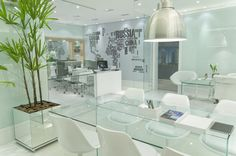 Evolution Paraíso - Sala de reunião decorada. Vanity, Mirror, Chair, Furniture, Home Decor, Townhouse, Kitchens, Houses, Places To Visit
