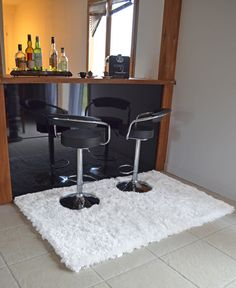 Et pourquoi pas un tapis pour le bar de ma cuisine américaine ? Tapis Pop à poils longs - Blanc Neige Un tapis doux et moelleux !