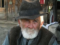 How to Create Intense portraits in Lightroom. Portrait of man edited in lightroom Daily Jigsaw, Cowboy Poetry, Warm Winter Hats, Der Arm, Man Photo, Photo Cat, Old Men, Photoshop Tutorial, Photoshop Actions