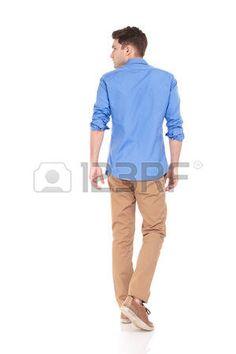 回頭看: 一個年輕時尚的人走在孤立的背景尋找到他身邊後視圖。