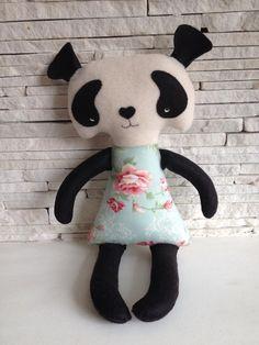 Boneca Panda em feltro e tecido.  Todo costurado à mão, sem auxílio de máquina.  Medida 40cm. R$ 60,00