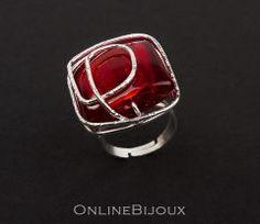 Inel handmade, placat cu argint 999. Pietre: sticla Murano. Culori: visiniu.