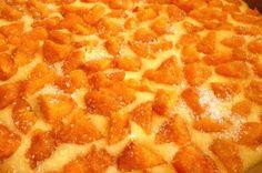 Ez a pite azért fenomenális, mert olyan mintha elegyítve lenne a piskóta, a pite és a kelt tészta, egyetlen süteménybe. Én sárgabarackkal...