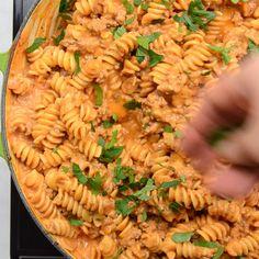 Like Homemade Hamburger helper BUT BETTER! This easy dinner recipe will easily become a family favorite! #cookiesandcups #pastarecipe #dinnerrecipe #beef Fusilli Pasta Recipe, Rotini Pasta Recipes, Pasta Recipes Video, Creamy Pasta Recipes, Pasta Dinner Recipes, Shrimp Recipes Easy, Chicken Pasta Recipes, Beef Recipes, Cooking Recipes