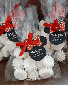 Lindos Suspiros tema Minnie.❤️🖤 Feito po Fiesta Mickey Mouse, Minnie Mouse Cake, Minnie Mouse Baby Shower, Minnie Mouse Birthday Decorations, Mickey Mouse First Birthday, Edible Favors, Meringue Cookies, Party Buffet, Mouse Parties