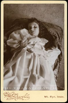 """The dead daughter of Mrs. Cabinet card, ca. Victorian Photos, Victorian Era, Sai Baba, Memento Mori Photography, Vintage Photography, Old Photos, Vintage Photos, Iowa, Post Mortem Pictures"