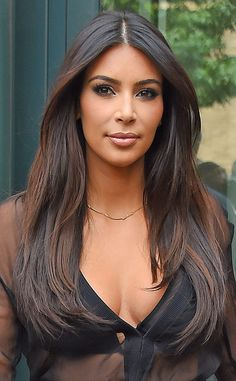 Kim Kardashian from Fall 2014 Hair Color Inspiration Take a good look: This deep brunette hue is more complex than you might think at first glance. Subtle mahogany highlights frame her face and adds depth and extra shine. Kim Kardashian Cabelo, Looks Kim Kardashian, Kim Kardashian Haircut, Kim Kardashian Highlights, Kim Kardashian Hairstyles, Kardashian Style, Corte Y Color, Brunette Hair, Fall Hair