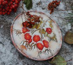 """Купить """"Заснеженный шиповник' тарелка - ярко-красный, оранжевый, заснеженный, снежный, Снег, зима, ягоды"""