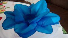 Forminha para doces em tecido Lírio Real azul com gliter em tela branca de base, com 12cm de base total por 4cm de altura total.