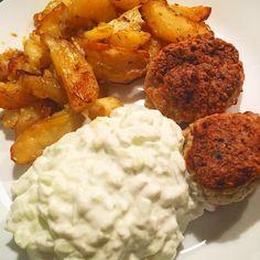 Lækker aftensmad: Kylling frikadeller med tzatziki og kartofler skåret i både og vendt i olivenolie og krydderier og i ovnen 😋👌🏻😍 #food#chicken#tzatziki#potato#kartofel#fitfam#fitfamdk
