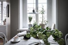 Inviting kitchen dining area - via Coco Lapine Design