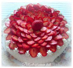 Pullantuoksuinen koti: Synttärikakku - mansikoilla ja kermalla paras. Strawberry - cream cake.