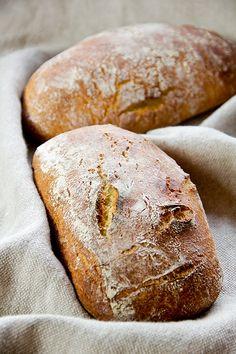 Komischer Name für ein sehr fluffiges und aromatisches Brot aus Hartweizen, das nur durch Sauerteig getrieben wird. Der Teig wird 24 Stunden kalt geführt, dann nur noch abgestochen und sofort gebacken. Ideal für ein mildes und frisches Frühstücksbrot. Die Sauerteigzutaten vermengen und 6 Stunden bei 30°C reifen lassen. Alle Zutaten von Hand vermengen (Teigtemperatur ca. 20°C). 2 Stunden Weiterlesen...