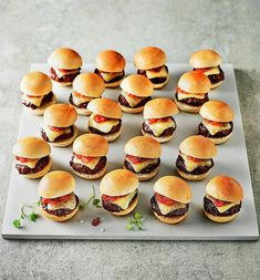 Finger food for kids birthday hearty-dinner-lunch-mini-burger - Fingerfood Yummy Snacks, Healthy Snacks, Snack Recipes, Easy Recipes, Finger Foods For Kids, Fingerfood Party, Snacks Für Party, Quick Easy Meals, Kids Meals