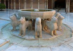 Fuente de los Leones, la postal más famosa de Granada y una de las más conocidas de España.
