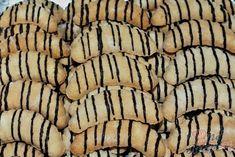 Jednoduché kokosové vánoční cukroví, které si zamilujete. Polevu jsem připravila z ledových kaštanů. Přidala jsem i trochu másla, aby se poleva leskla. Byly vynikající. Samozřejmě, první dávka byla na zkoušku, zda vůbec budou chutnat a také chutnaly. Na Vánoce určitě dvojitá dávka :) Autor: Petra H. Hungarian Cake, Christmas Baking, Yummy Treats, Cake Recipes, Brunch, Food And Drink, Low Carb, Banana, Tasty