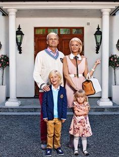 Rollfigurerna Fredde och Mickan i komediserien Solsidan står framför en entré.