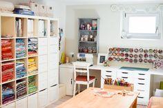 Stoffe und Papiere nach Farben sortiert, Schnickschnack in Gewürzdosen am Magnetbord - viele tolle Ideen für ein perfektes Bastelzimmer / Craft Room!