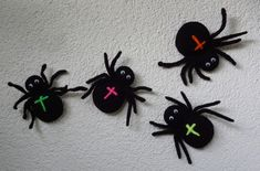 Instructions for crocheted spider – e. for Halloween Halloween Spider, Happy Halloween, Halloween Party, Halloween Girlande, Halloween Crochet, Crochet Animals, Handmade Toys, Lana, Origami