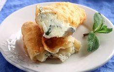 Ντελικάτα τυροπιτάκια με μαλακό, εύθρυπτο φύλλο (λόγω ρακής) και ισορροπημένη γέμιση (φέτα, ανθότυρο, δυόσμος και πιπέρι). Spanakopita, Feta, Appetizers, Dishes, Baking, Breakfast, Ethnic Recipes, Savoury Pies, Samosas