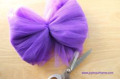 Como hacer pompones de tul Pom Poms, Tulle Poms, Tulle Decorations, Baby Shower Decorations, Halloween Decorations, Shoe Refashion, Diy And Crafts, Arts And Crafts, Tutu Tutorial