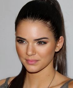 kendall jenner- bronzy makeup with natural lip color