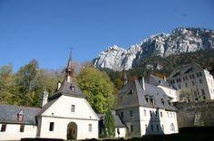"""""""El Monasterio de la Grande Chartreuse"""". Aquí San Bruno se estableció en 1084. Está ubicado en Francia. San Bruno decidió dedicar su vida a Dios en el ámbito monástico, reconoció a la montaña de Chartreuse como el sitio solitario y silencioso que buscaba."""