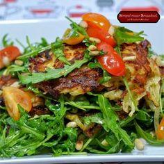 Huisgemaakte rösti met een heerlijke salade. Ga naar de bron voor het recept.
