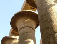 Chapiteaux papyriformes à corolle ouverte de la Grande salle hypostyle de l'Enceinte d'Amon-Rê - Complexe religieux de Karnak. Amon, Temple, Ancient Egypt, Architecture, Luxor, Big Top, Nun, Room, Arquitetura