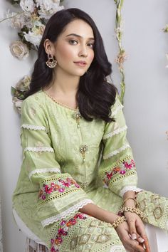Pakistani Formal Dresses, Party Wear Indian Dresses, Pakistani Dress Design, Pakistani Outfits, Shadi Dresses, Stylish Dresses For Girls, Stylish Dress Designs, Ladies Dresses, Kurti Designs Party Wear