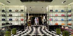 Prada apre ad Osaka il suo primo freestanding. Uno store dove poter trovare il meglio dei vestiti, borse, scarpe e accessori da uomo e da donna di Prada.http://www.sfilate.it/198504/prada-inaugura-ad-osaka-un-negozio-di-5-piani-per-1500-mq