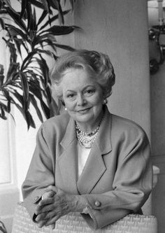 Hollywood Icons, Hollywood Stars, Classic Hollywood, Olivia De Havilland, British American, Oscar Winners, Female Stars, American Actress, Style Icons
