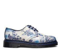 Inspirées des motifs délicats de la céramique chinoise, ces chaussures sont fabriquées en daim peint, conçu pour craqueler et vieillir comme les assiettes qui les ont inspirées. Bien que dotées des 3œillets typiques du modèle 1461 classique, le cousu trépointe et la semelle de couleur bleue leur donnent une touche vraiment personnelle.