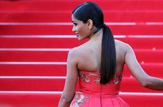 Pin for Later: On ne se lasse pas de ces sublimes photos du festival de Cannes !  Freida Pinto, très glamour sur les marches du Grand Palais.
