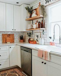 Open shelving, cabinets to the ceiling, wall backsplash Rustic Italian, Italian Home Decor, Open Shelving, Shelves, Small Kitchen Storage, Rustic Design, Backsplash, Rustic Kitchen, Cool Kitchens