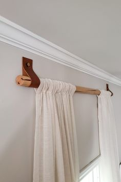 DIY Wood Curtain Rods with Leather Straps for Under 10 Dani Koch Wood Curtain Rods, Cheap Curtain Rods, Homemade Curtain Rods, Farmhouse Curtain Rods, Modern Curtain Rods, Curtain Rod Brackets, Rideaux Design, Diy Casa, Diy Holz